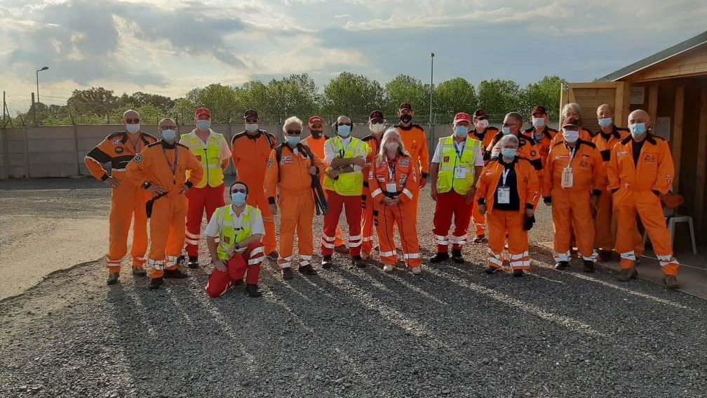 Complicité entre commissaires et secouristes réunis pour une mission commune, la sécurité des pilotes